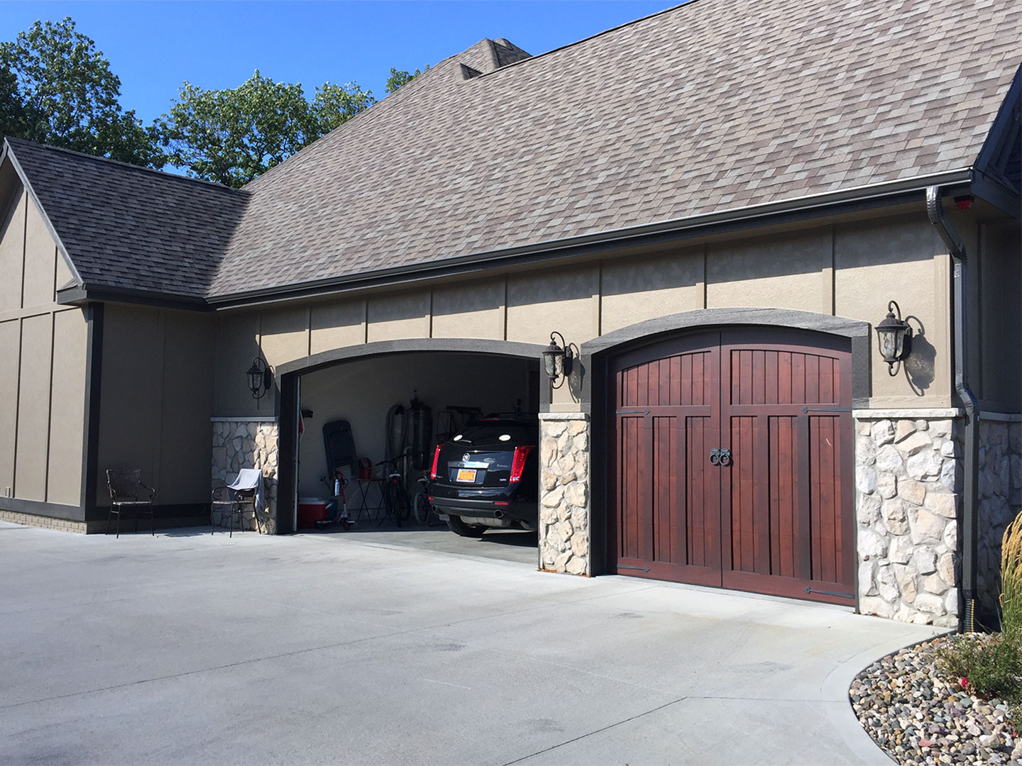 Side view of the Waukee, IA homes garage with open style gutters.